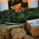 Torta facile di Natale con cannella, noce moscata, prugne e cioccolato